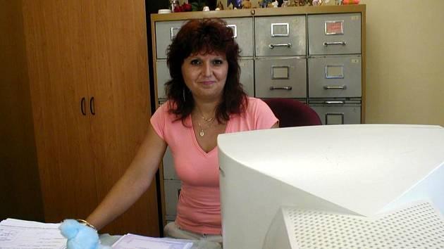 Výměna řidičáků. Mezi příchody klientů vyřizuje Lenka Chejnová běžnou agendu.