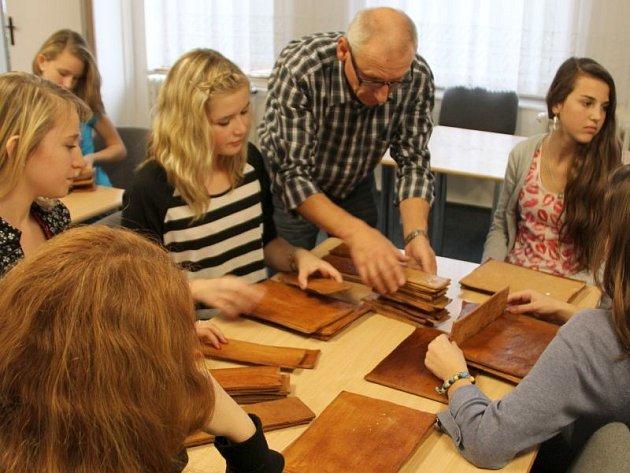 Učitel fyziky Luboš Valenta počítá se svými žáky perníkové pláty.