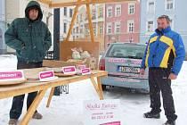 Dvě statečná srdce. Tito muži ze Zubří byli ve středu se svým stánkem s frgály jediní prodejci na farmářských trzích.