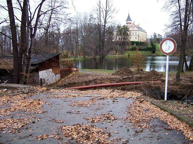 Oprava mostku. Touto cestou se lidé k zámku dostanou až v polovině roku 2008.