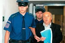Antonín Šrom na chodbě krajského soudu, který letos na jaře zamítl jeho žádost o obnovení procesu.