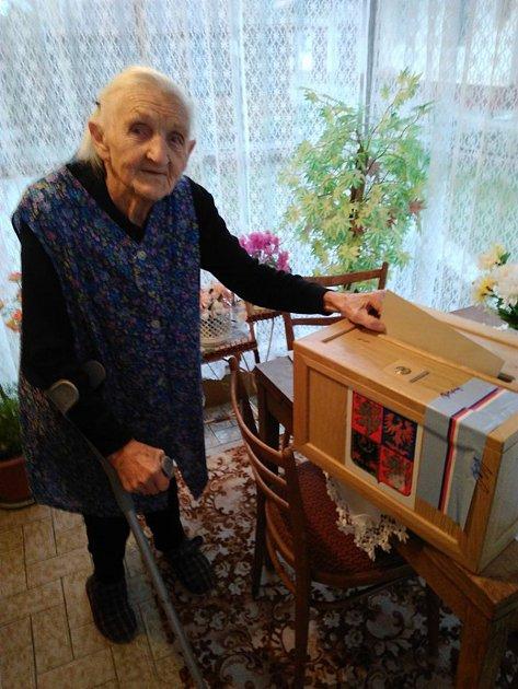 Odvoleno má už také Bohumila Montagová, nejstarší volička obce Uhlířov na Opavsku, která vbřeznu letošního roku oslaví šestadevadesáté narozeniny. Podle vlastních slov nevynechá žádné volby. Komise kní pravidelně dochází spřenosnou urnou. Odruhé kolo