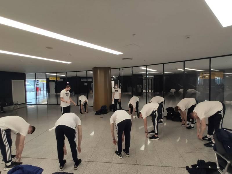 Opavští basketbalisté vyrazili do ruského Permu. Tým se protahuje na letišti v  Moskvě