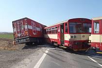 Dopravní nehoda mezi kamionem a vlakem ve Velkých Hošticích.