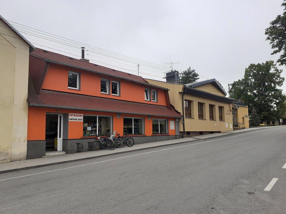 Obchod s potravinami a budova obecního úřadu.