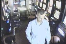 Muž na fotografii by mohl poskytnout klíčové svědectví o tom, kdo mohl být útočníkem v herně Pivnice U Mnicha. Popřípadě se může jednat o samotného pachatele.