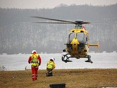 Vrtulníky Letecké záchranné služby LZS od ledna už nemají označení DSA. Lékaři, záchranáři i horská služba Jeseníky a Beskydy se musí s novým provozovatelem vrtulníků teprve secvičit. Takto vypadalo minulý týden jejich společné cvičení v Hlučíně.