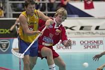 Martin Both (vpravo) na MS 2004 ve Švýcarsku v duelu se Švédy.
