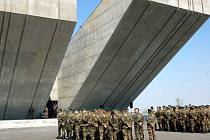 Tři roky klidný monument Památníku II. světové války v Hrabyni ožil včera slavnostním otevřením své nové expozice nazvané Doba zmaru a naděje.