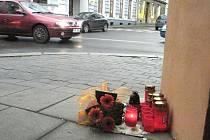 Hořící svíčky připomínají loňskou smrt.