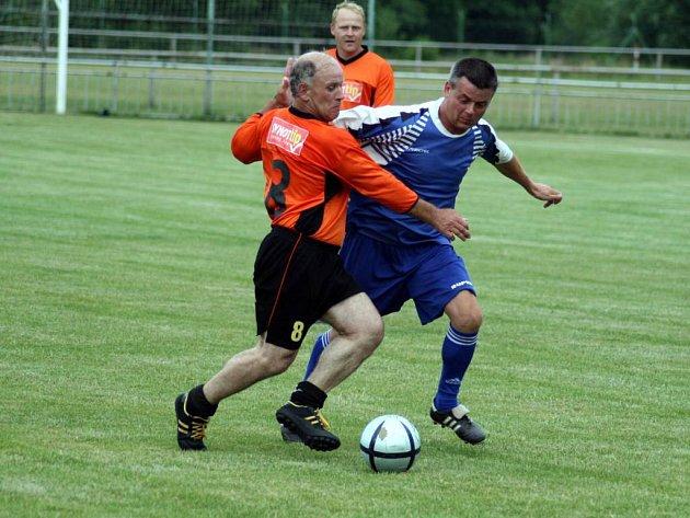 Přestože se jednalo o přátelský zápas starých gard, hráči si na trávníku nedarovali ani milimetr volného prostoru.