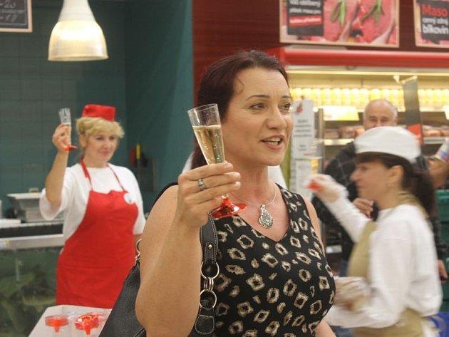 """Zcela běžný nákupní ruch v hypermarketu Tesco u oddělení zeleniny náhle přerušila """"přípitková"""" scéna Alfréda a Violetty z Verdiho opery La Traviatta."""