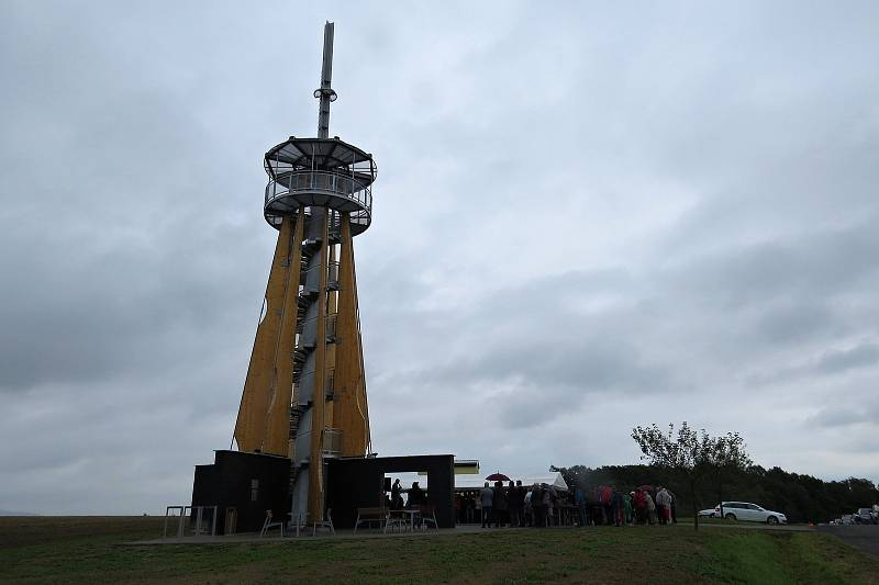 Rozhledna v Blahutovicích u Jeseníku nad Odrou měří 27 metrů, vyhlídková plošina je 15 metrů nad zemí. Slavnostní otevření, 26. srpna 2021.