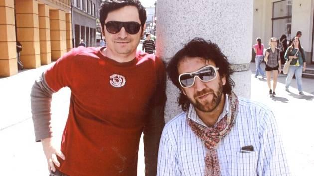 Massimiliano Boschini (vlevo) a Mauro Manuini se nechali zvěčnit v Ostrožné ulici v Opavě u hodin.
