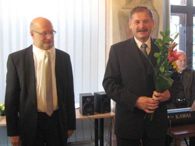 Bývalý starosta Budišova nad Budišovkou František Vrchovecký (vpravo) děkuje za poctu.