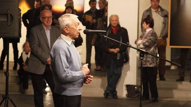Jerzy Olek u mikrofonu v Domě umění na vernisáži dvojvýstavy Neurčitý prostor.