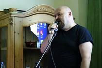 Quido MC. To je umělecké jméno Quida Černého, který patří k prvním studentům Slezské univerzity v Opavě a nedávno zde vystoupil na koncertě.