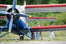 Na letišti v Dolním Benešově havarovala legenda mezi letadly, dvouplošná AN 2, všeobecně zvaná Andula. Při přistání za poryvu větru škrtla křídlem o zem a postavila se na čumák.
