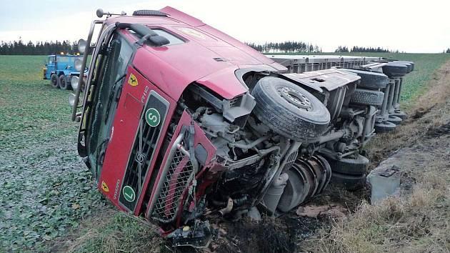 Z převráceného kamionu uteklo sedmdesát litrů nafty.