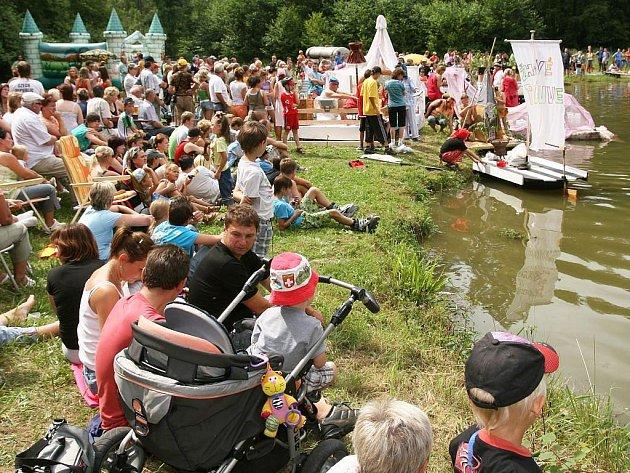 Nedělní odpoledne na novodvorské přehradě patřilo už druhým rokem netradičním plavidlům. Akce s názvem Novodvorský vodník se zúčastnila necelá dvacítka originálních lodí.