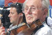 Zdeněk Šmika primášuje Výhonek na loňském folklorním festivalu Senioři v jihomoravském Petrově.