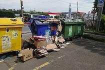 I takto mohou vypadat přeplněné kontejnery na papír. V tomto případě v Opavě-Jaktaři.