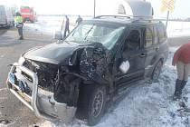 K nehodě osobního motorového vlaku a osobního vozu Mitsubishi Pajero, které táhlo v přívěsném vozíku dva koně, došlo v pátek dopoledne na přejezdu v Oticích, na trati mezi Opavou a Hradcem nad Moravicí.