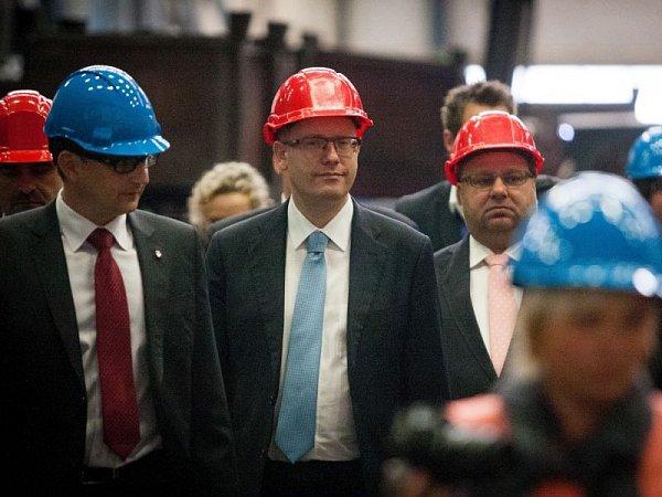 Premiér Bohuslav Sobotka, ministr zahraničí Lubomír Zaorálek a hejtman Moravskoslezského kraje Miroslav Novák navštívili vpátek 9.května strojírenskou firmu Ostroj vOpavě.