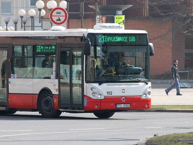 Zelené nápisy na panelech opavských autobusů. Novinka Městského dopravního podniku v Opavě, která má autobusy městské lépe rozlišit od těch příměstských.