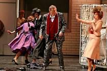 Richard Haan s Barbarou Řeřichovou (vpravo) v premiéře nové opery Slezského divadla Falstaff.