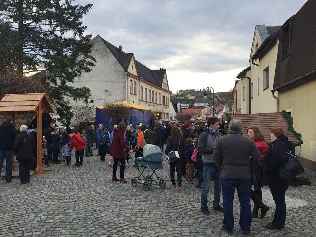 Také letos se jarmark uskutečnil Na Podolí místo na hradeckého zámku.