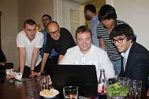 Martin Víteček spolu se svým týmem vítězství oslavovali v kavárně Obecního domu.