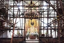 I když uvnitř kostela Nejsvětější Trojice stojí lešení, mše normálně probíhají.