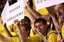 Fanoušci děkují trenérovi Klapetkovi za vydařenou sezónu při posledním domácím utkání základní části s Nymburkem.