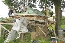 Partě nadšenců už se podařilo dokončit krov a pokrýt střechu bedněním. A to konkrétně v případě kapličky v Nových Těchanovicích, kterou už řadu týdnů opravují.