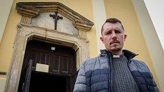 Farář Petr Knapek v kostel ve Velkých Heralticích.