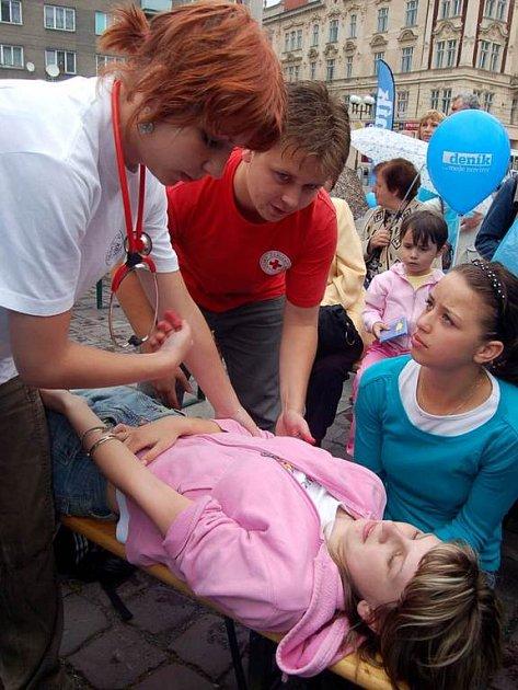 Ukázky první pomoci předvedli lidé z Červeného kříže na Dni s Deníkem v Opavě.