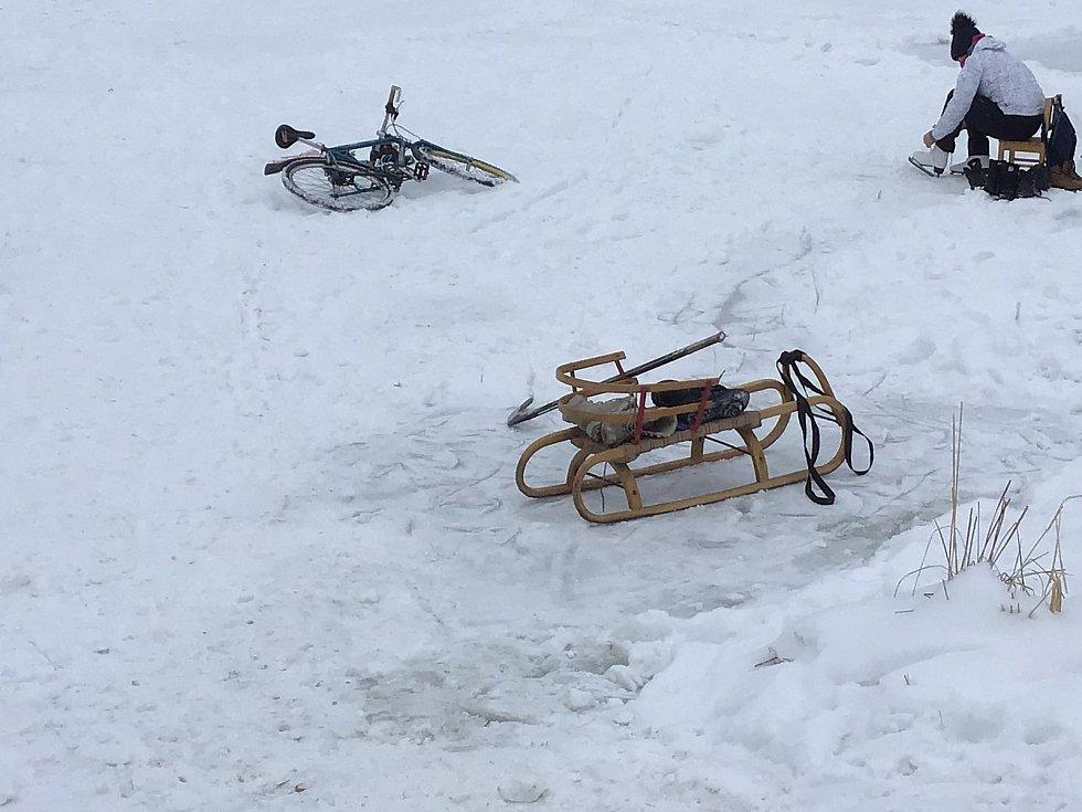 Zima v akci. Bruslilo se v Kajlovci, na Balatonu  ve Vítkovice bylo prázdno, sáňkovalo se v Hradci nad Moraviicí. Opavsko, únor 2021.