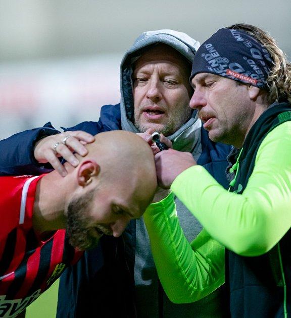 Tomáš Papuga (vlevo) ošetřuje Tomáše Smolu.