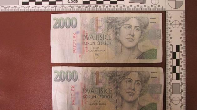 Mladík z Opavy si zkoušel navýšit svůj vlastní účet vkládáním falešných bakovek ve výši dva tisíce. Nevyšlo to a případ skončil na policii.