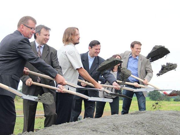V úterý zástupci firem i obce slavnostně zabořili lopaty do hlíny. Výstavba větrného parku v Oldřišově spěje do finální fáze.