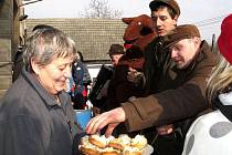 Účastníci tradičního vodění medvěda v Mikolajicích dostali uplynulou sobotu mimo jiné i koláče od místních hospodyněk. Akce je jednou z mnoha lidových tradic, které se do dnešních dnů uchovaly v mnoha obcích. Mikolajice nejsou výjimkou.