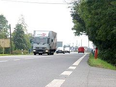 Namísto příkopu na silnici mezi Opavou a Komárovem má již brzy vyrůst cyklostezka ze zámecké dlažby.