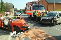 Tři posádky záchranářů musely v pondělí krátce po poledni vyjíždět k čelnímu střetu dvou osobních automobilů v Dolním Benešově, který si vyžádal dva zraněné.