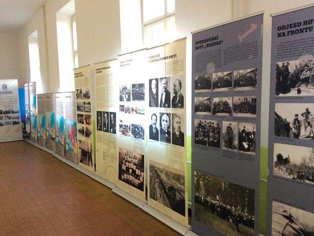Expozice je umístěna v budově Mendelova gymnázia.