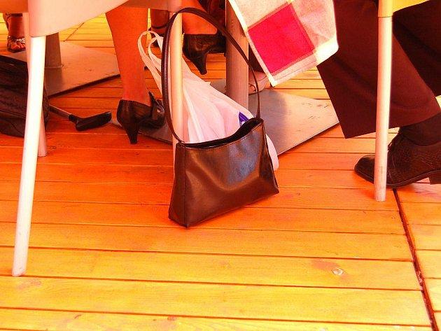 Na malou, nenápadnou kabelku může její majitelka v restauraci snadno zapomenout. Ilustrační foto.