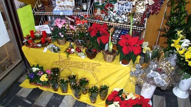 Adventní věnce už začalo prodávat také květinářství Dery v Opavě.
