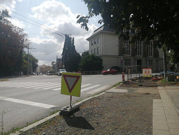 """Modernizace semaforů a výměna vodovodu a plynovodu na křižovatce u """"Bezručáku"""". Opava, 25.července 2021."""
