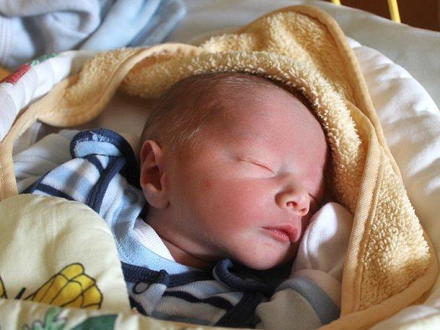 Sam Bayer se narodil 10. února, vážil 2,73 kilogramů a měřil 48 centimetrů. Rodiče Linda a Petr z Pusté Polomi mu přejí zdraví a ať se společně doma mají všichni hezky. Na Sama už se doma těší bráška Max.