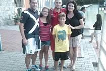 Rodina Buchvaldkových pohromadě. Zleva Petr Buchvaldek, dcera Kateřina, synové Lukáš s Tomášem a manželka Martina.